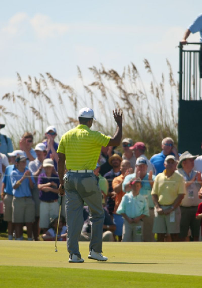 Tiger waving to the crowd after birdieing the 18th.