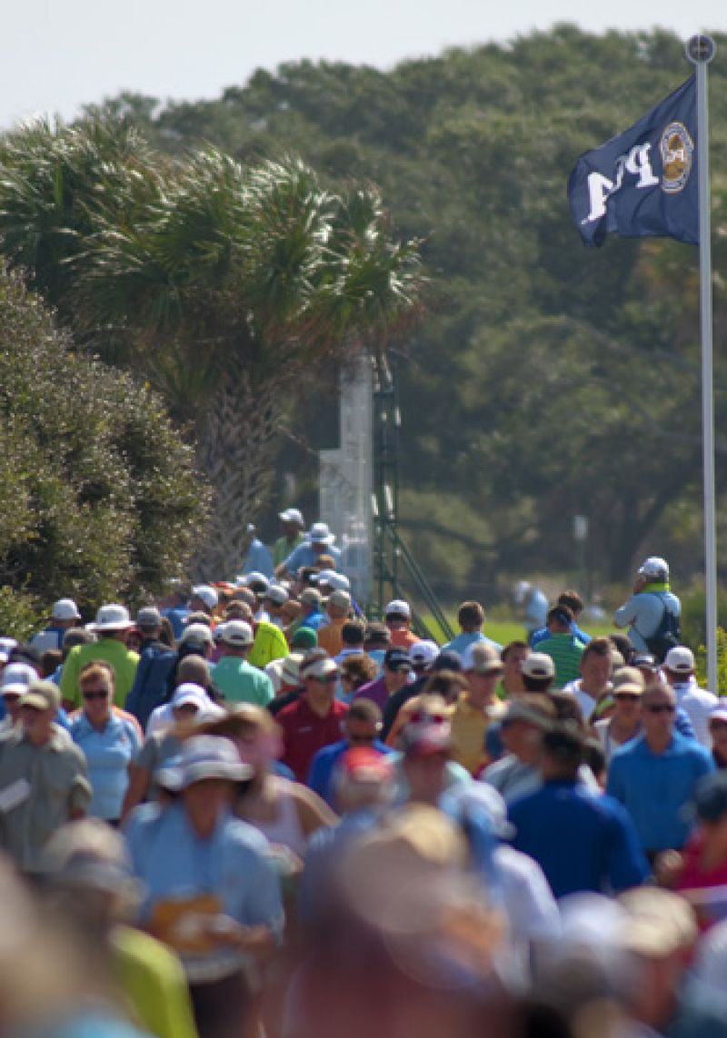 A sea of people head towards the front nine.