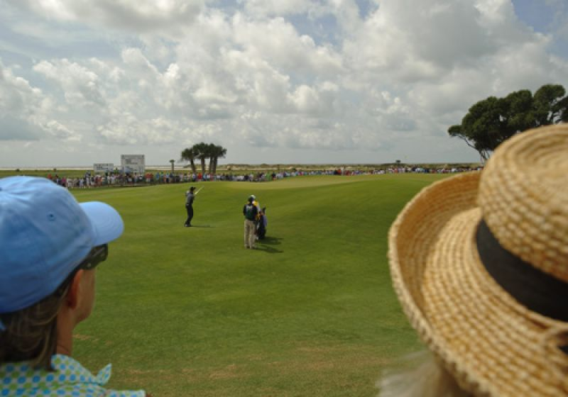 Jim Furyk chipping onto the 9th green.
